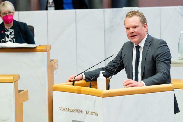 FPÖ-Chef Christof Bitschi thematisierte die Sozialleistungen.Serra