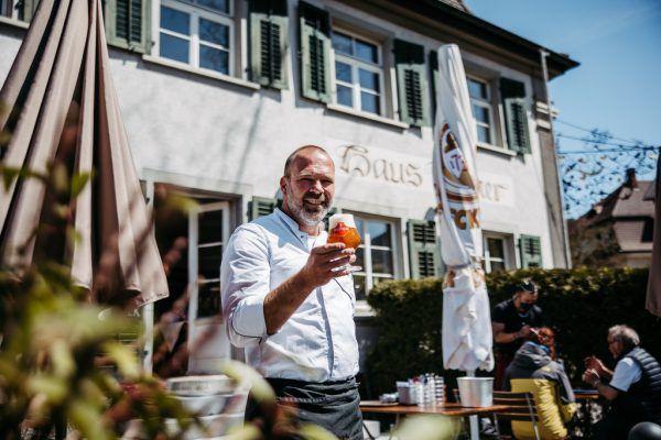Gastgeber Philipp Rainer im neu gestalteten Gastgarten.Frederick Sams