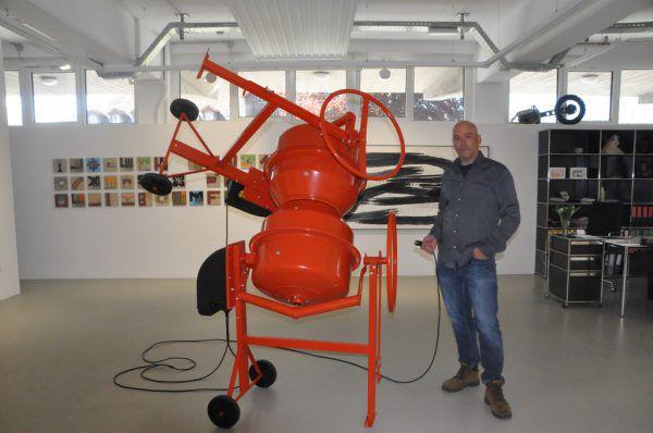 Hubert Dobler in seiner Ausstellung in Dornbirn.Wolfgang Ölz