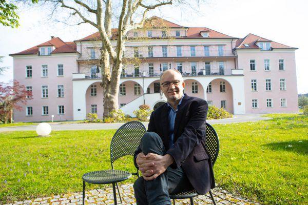"Karl Bitschnau vor dem ""Hospiz am See"" in Bregenz.Klaus Hartinger"