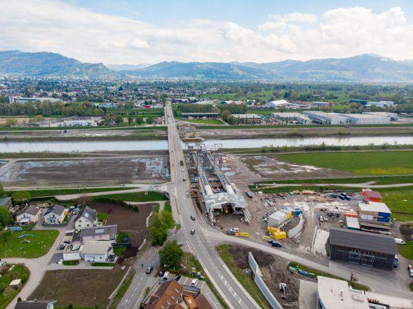 Kontrollpunkte werden an den beiden Rheinbrücken in Hard–Fußach (Bild) und Höchst–Lustenau errichtet. Oben der Höchster Bürgermeister Herbert Sparr bei der gestrigen Pressekonferenz.Klaus Hartinger, VLK/sams