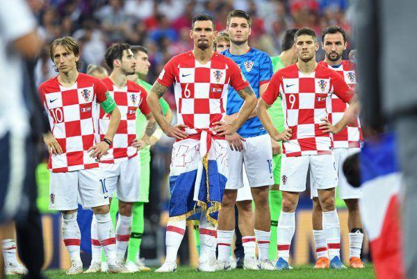 Links: Die kroatische Nationalmannschaft mit Luka Modric (Erster v.l.) muss im WM-Finale 2018 Frankreich den Vortritt lassen.Rechts: Der Kroate erhält 2018 den Ballon d'Or als Weltfußballer des Jahres.Unten: Im Gruppenspiel erzielt Luka Modric den zweiten Treffer beim 3:0-Sieg über Argentinien.apa, ap, gepa (2)