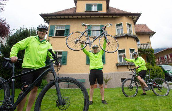 Matthias Fritz mit drei seiner fünf Räder.Hartinger