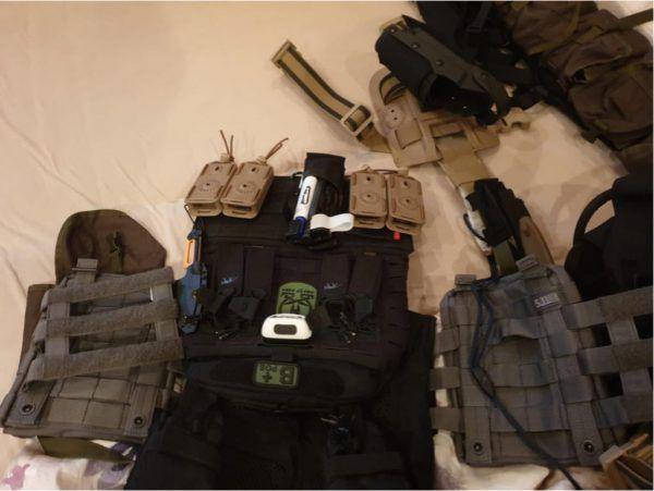 Neben Waffen, etwa 3500 Stück Munition und zwei Schwertern, wurden auch paramilitärische Ausrüstungsgegenstände wie Schutzwesten, Mehrzweckwesten, Helme und Funkgeräte sichergestellt. Polizei