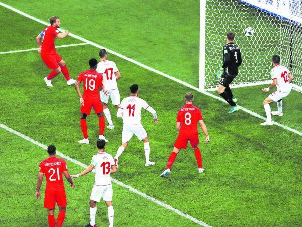 Oben erzielt Harry Kane bei der WM 2018 in der Nachspielzeit das Siegtor gegen Tunesien. Mit sechs Toren wurde er Torschützenkönig der WM, wofür er den Goldenen Schuh bekam – als zweiter Engländer nach Lineker.Links trifft Kane 2018 gegen Barcelona, unten posiert er mit dem von ihm gesponsorten Trikot von Leyton Orient.AP, AFP, Reuters, Leyton Orient