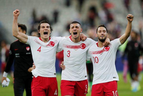 Oben links: Hakan Calhanoglu bejubelt mit Caglar Söyüncü und Merih Demiral den Sieg in der EM-Quali über Frankreich. Oben: Für seine Freistöße ist Calhanoglu bekannt.Unten: Als 19-Jähriger spielte der Deutsch-Türke seine erste Saison in der Bundesliga. 2014 ging es weiter zu Bayer 04 Leverkusen. reuters (3), gepa