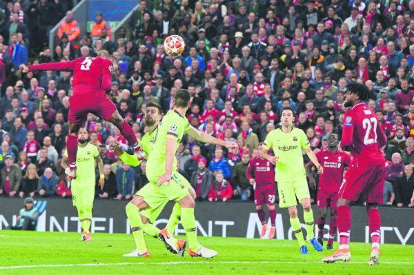 Oben: Wijnaldum köpft 2019 im Halbfinal-Rückspiel der Champions League das 3:0 gegen Barcelona, rechts mit dem Henkelpott nach dem Finalsieg gegen Tottenham.Links: Eine Momentaufnahme aus dem April gegen Leeds mit Symbolcharakter. Wijnaldum ist ein laufstarker, dynamischer Mittelfeldspieler mit einer großartigen Ballkontrolle.Unten nimmt ihn Jürgen Klopp nach seiner Verabschiedung in den Arm. Reuters (2), AFP, AP