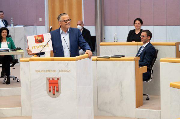 ÖVP-Klubobmann Roland Frühstück bedankte sich mit Schokolade beim Landeshauptmann.Alexandra Serra