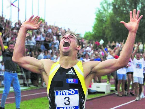 Sebrle bejubelt am 27. Mai 2001 nach dem 1500-Meter-Zieleinlauf seine historische Leistung. AP, GEPA/Lerch