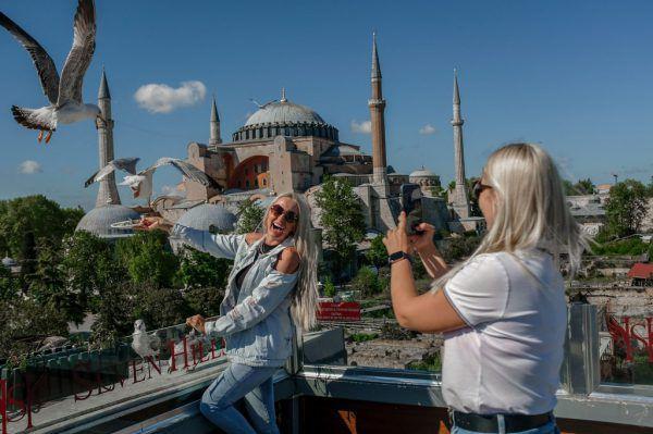 Touristen können sich in der Türkei trotz Lockdown frei bewegen. Für Einheimische gilt dies nicht.AFP