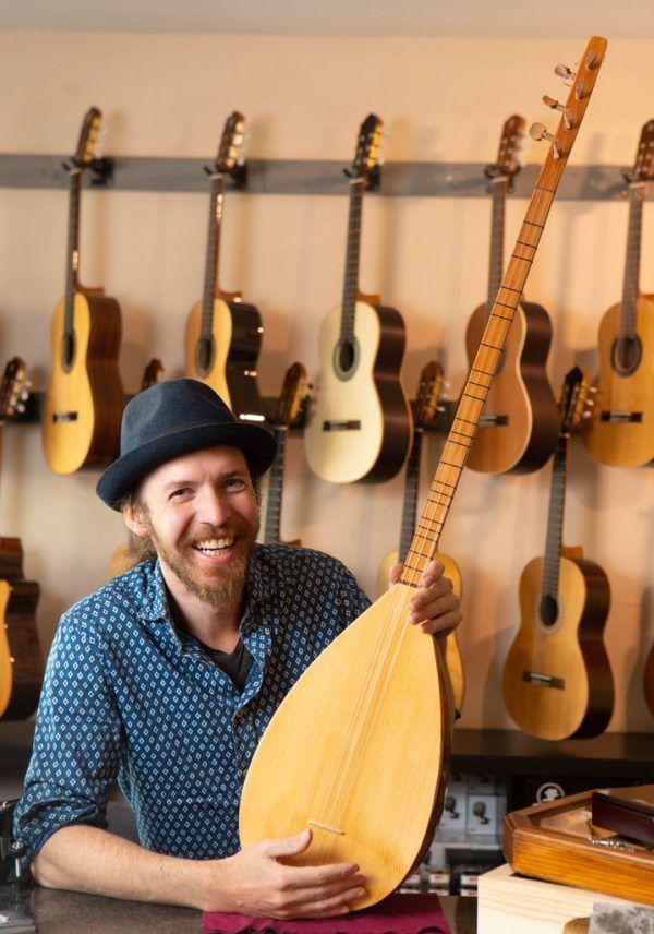 Um die 300 Gitarren hat Adrian Baldauf in seinem Laden.