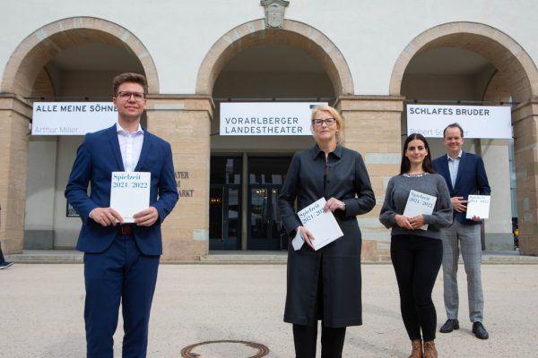 Von links nach rechts: Sebastian Hazod, Stephanie Gräve, Katherine Kügler und Ralph Blase mit dem neuen Programmheft.Klaus Hartinger