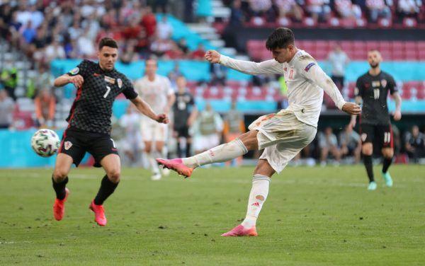 Alvaro Morata erzielte den ersten Treffer in der Verlängerung und brachte Spanien damit endgültig auf die Siegerstraße.reuters