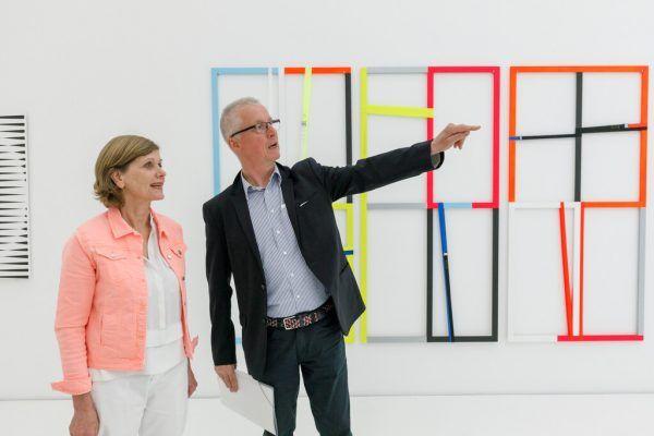 Barbara Schöbi-Fink mit Erhard Witzel. Dahinter eine Arbeit von Gabriele Fulterer und Christine Scherrer.B. Hofmeister