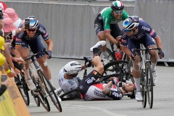 Caleb Ewan und Peter Sagan stürzten kurz vor dem Ziel. apa