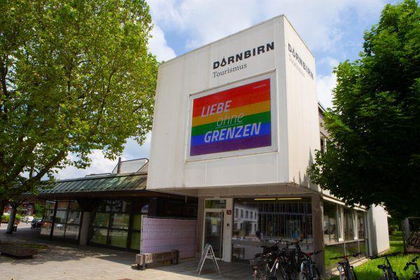 Der Screen der Dornbirn-Info trägt derzeit die Regenbogenfarben. Der bunte Schutzweg soll umgehend umgesetzt werden.KlausHartinger