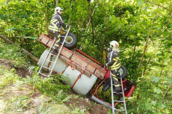 Die Feuerwehr musste den Schlepper samt Siloballen mit einem Kran bergen.©BerndHofmeister