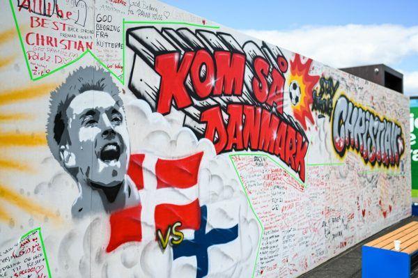 Die Fußballwelt ist in Gedanken bei Christian Eriksen (unten).apa
