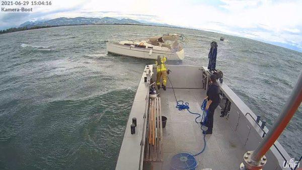 Die Harder Feuerwehr nahm das Boot in Schlepp. Feuerwehr Hard