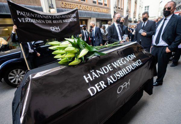 Die Österreichische Ärztekammer trug symbolisch ihre Kompetenz zu Grabe. APA/Georg hochmuth