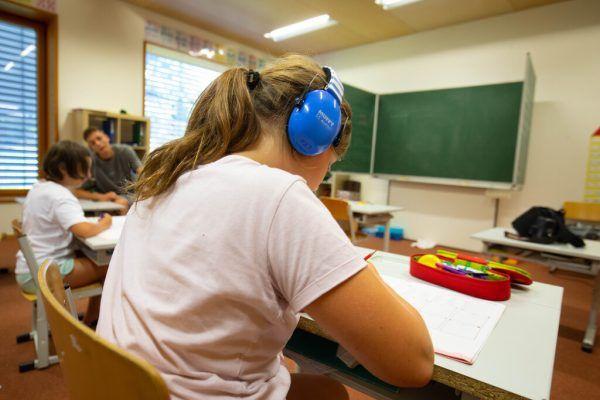 Ein Kind mit AVWS-Diagnose lernt mit Kopfhörern.Hartinger (3)