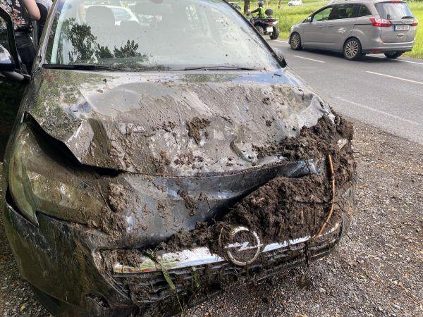 Eines der Unfallfahrzeuge landete in einem Graben.Vol.At/Mayer