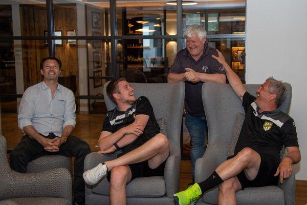 Gute Laune bei Austrias Stephan Muxel und Alexander Schneider – rechts feixt Trainer Markus Mader mit Gastgeber Clemens Walch.