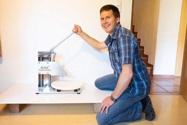In seiner Werkstatt kann Roland Bär auch Polyethylen bearbeiten.Klaus Hartinger