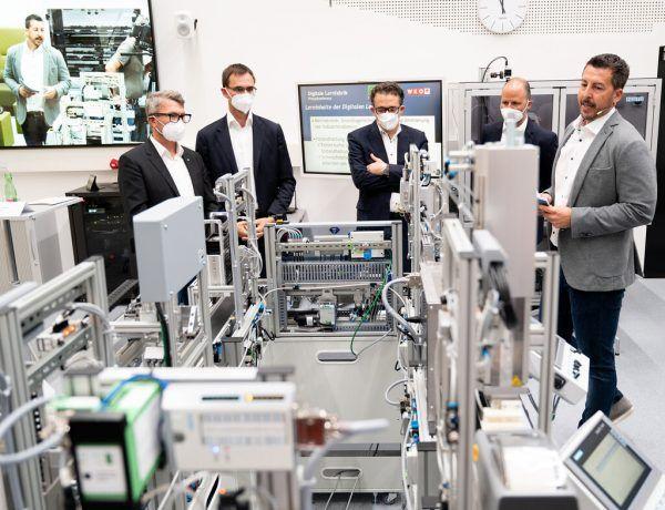 Landeshauptmann Wallner und Wirtschaftslandesrat Tittler ließen sich die Anlage demonstrieren.SERRA (3)