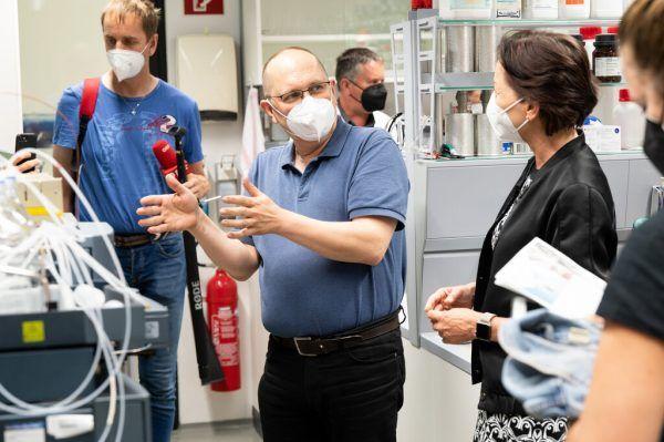 Landesrätin Martina Rüscher verschaffte sich im Umweltinstitut einen Überblick.A. Serra