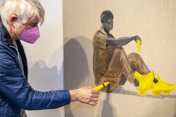 Marco Spitzar mit einem seiner Werke (oben). Marc Rogenmoser