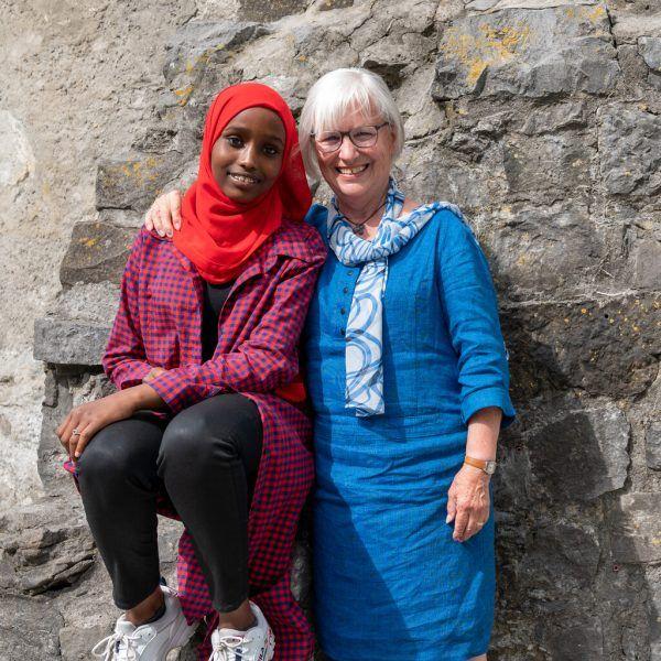 Nach ihrer Flucht aus Somalia fanden Nafisa und ihre Familie Halt bei Bärbl Begle (r.).  Oliver Lerch (2)