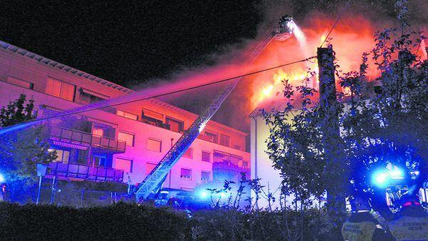 Nächtlicher Brand in der Bregenzer Bachgasse: 200 Feuerwehrleute waren im EInsatz.NEUE