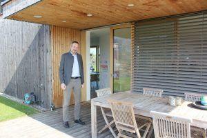 Ein Holzhaus mit Seeblick