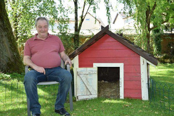 Sozialzentrums-Bewohner Thorsten Jüngling kümmert sich um die Tiere.Senecura (2)