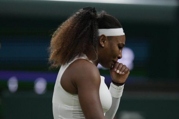 Zunächst ein Ausrutscher, dann der tränenreiche Abschied: Serena Williams wurde von einer Verletzung gestoppt. ap (2), reuters