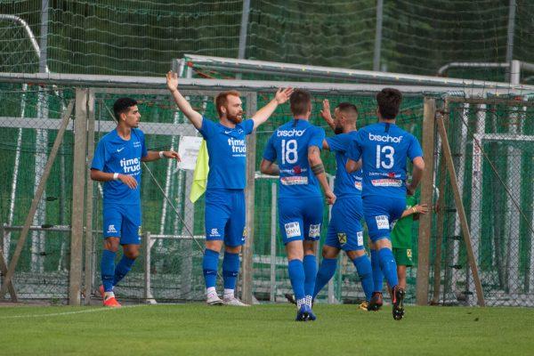 Admiras Philipp Stoss lässt sich nach seinem frühen 1:0 in Lauterach feiern – es sollte der Siegtreffer bleiben.Oliver Lerch