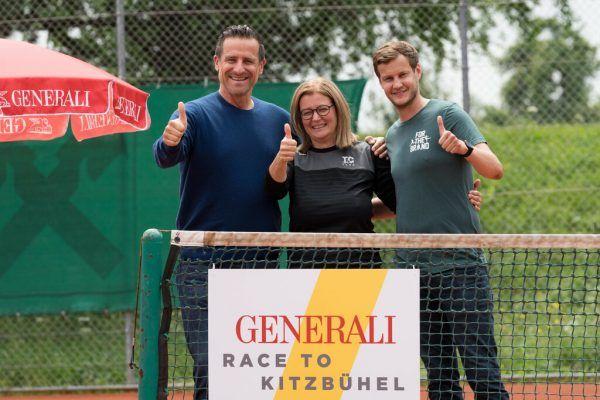 Alex Antonitsch mit Judith Gebhardt-Dörler, Klubobfrau vom TC Hard, und Platzwart Mathias Schmid. Dietmar Stiplovsek