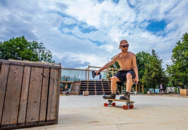 Am Dienstag liefen die Vorbereitungen auf Hochtouren – auch auf dem Skateboard mit Bohrer in der Hand.