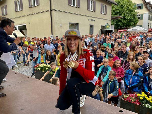 Am Sonntagabend wurde die 20-jährige Weltmeisterin in ihrer Heimatgemeinde Göfis groß gefeiert.Lutz (6)
