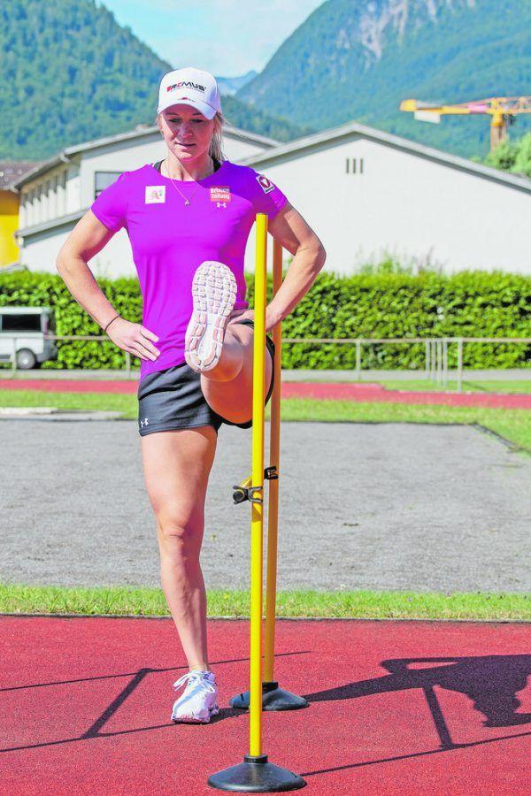 Ariane Rädler (kleines Bild) mit Aufwärmübungen in der Bludenzer Sport Arena.gepa/lerch