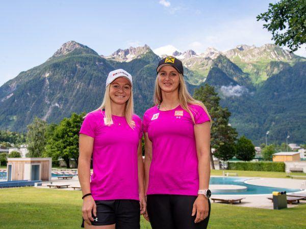 Ariane Rädler (l.) und Nina Ortlieb vor dem Bergpanorama in Bludenz.gepa/lerch (2)