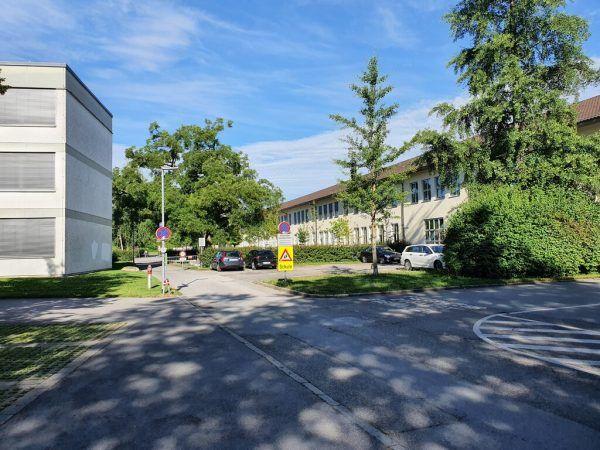 Auf dem Kiesparkplatz zwischen den Gebäuden soll das neue Heizwerk entstehen.wpA, Stadtwerke Bregenz