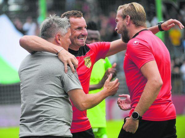 Austrias Trainerteam konnte am Sonntag einen Auftaktsieg bejubeln: Cheftrainer Markus Mader, Co-Trainer Martin Schneider und Torhütertrainer Mathias Nesler. GEPA/Lerch