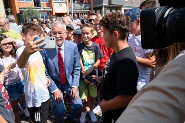 Bundespräsident Alexander Van der Bellen posiert für Selfies mit Kindern in Sulzberg.Serra