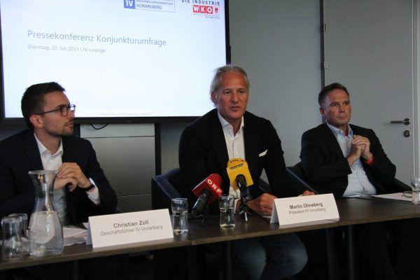 Christian Zoll, Martin Ohneberg und Michael Amann (v.l.n.r.) bei der Präsentation der Umfrageergebnisse. vol.at/Mayer