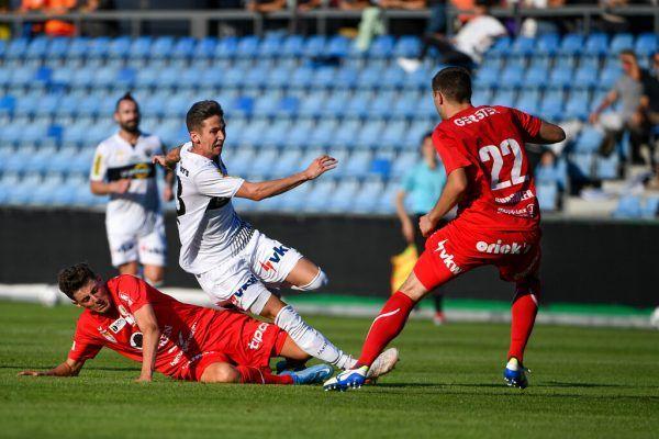 Csaba Bukta (in Weiß) sorgte über den linken Flügel für viel Wirbel im Offensivspiel der Altacher.gepa/lerch