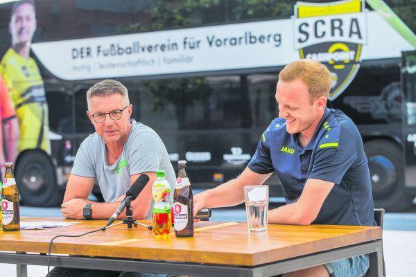 Damir Canadi und Stefan Haudum bei der Pressekonferenz am Götzner Garnmarkt. Im Hintergrund: Altachs neuer Teambus.Steurer, Dünser (8)