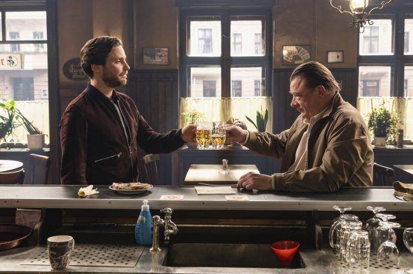Das Wortgefecht in der Bar spitzt sich zu. Warner Bros.