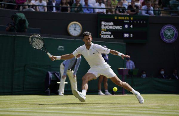 Der Serbe Novak Djokovic steht nach seinem Drei-Satz-Sieg im Achtelfinale von Wimbledon.ap